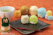 """大人気の「すみっコぐらし」!""""しろくま""""と""""ぺんぎん?""""の和菓子が好評につき、イオンの和菓子コーナーにやってきた!"""