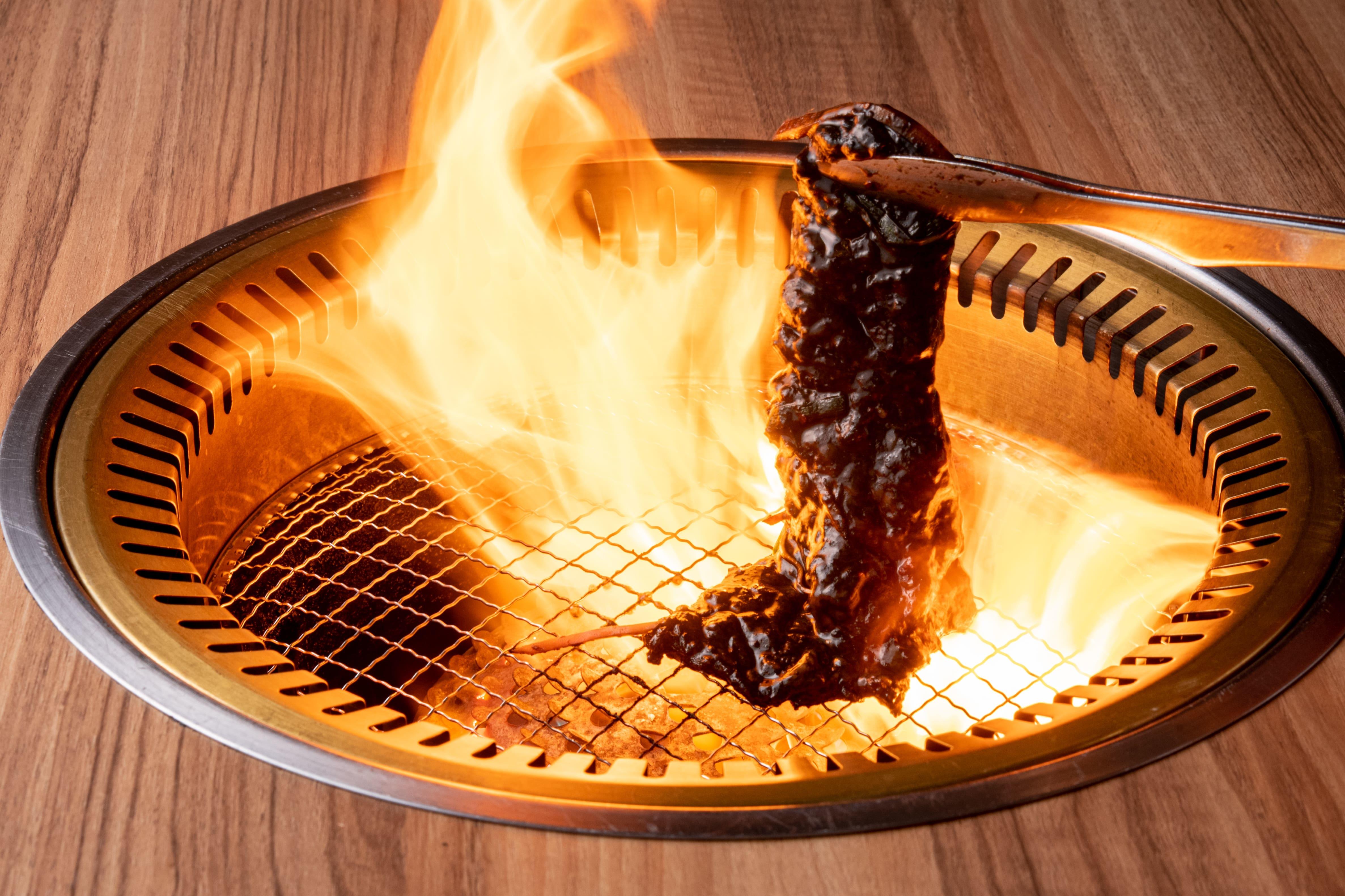 一口食べたらヤミツキ!?真っ黒なタレ漬け熟成焼き肉「くらべこブラック」が大阪狭山の焼肉くらべこに登場 画像