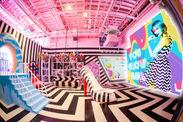 ■大型LEDビジョンが壁一面に設置されたダンススタジオエリア