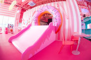 ■ピンク一色の巨大な空間には可愛いアイテムが沢山/カフェスペース