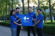 プロジェクトメンバーの学生らと贈呈されるポロシャツ