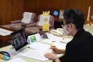 議長室からオンライン参加する齋藤議長