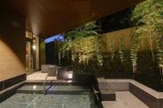 ライトアップで幻想的な竹林露天風呂で癒される