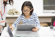 プログラミングを楽しむ子供