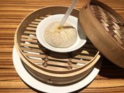 「海王湯包」(フカヒレと蟹味噌のスープまん)1