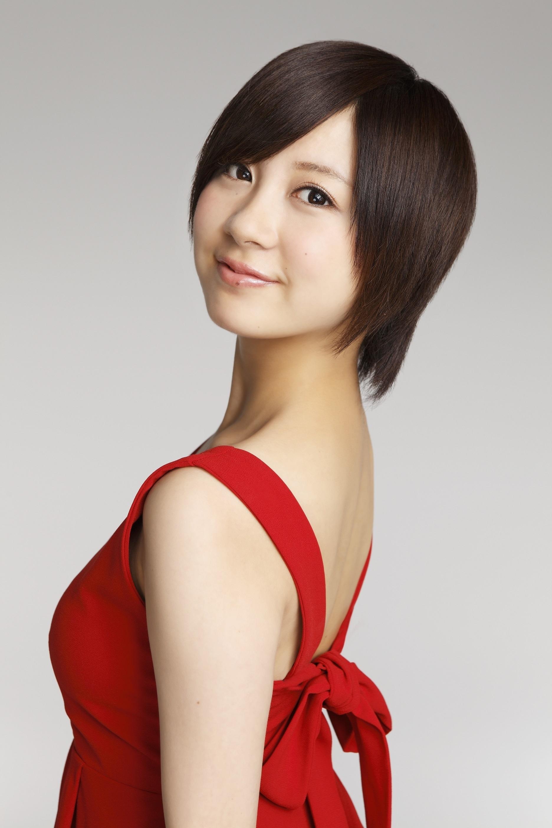 赤色ワンピースを着る小野恵令奈