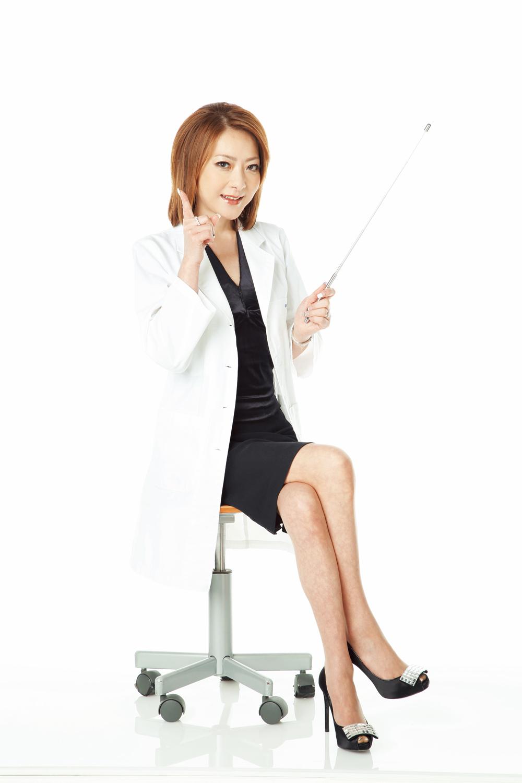 椅子に座って白衣の下に黒い服がセクシーな西川史子