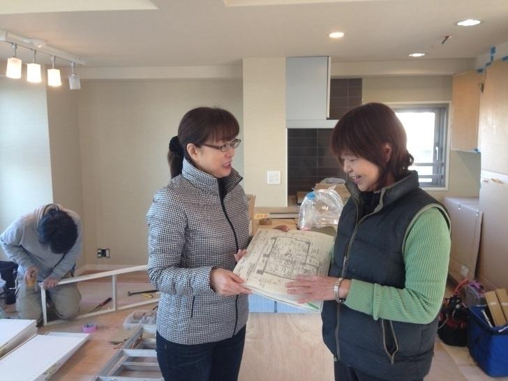 リフォーム現場にて。株式会社璃夢の井上代表(右)とRenobo主宰者 平野 正子
